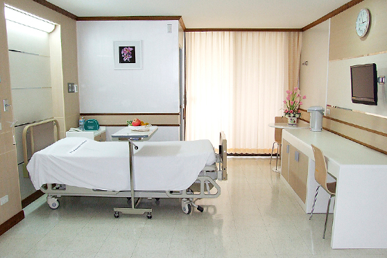 Yanhee Hospital Bangkok - patient room